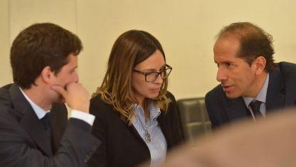 Julieta Silva con los abogados defensores que la acompañarán durante las audiencias.
