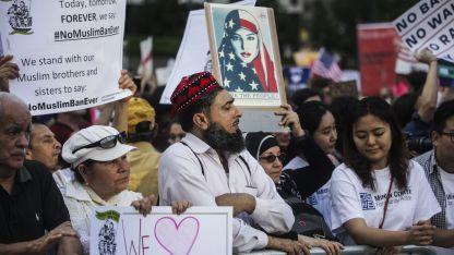 Un inmigrante paquistaní de Brooklyn escucha a un orador durante una protesta fuera de la Corte Federal de Manhattan.