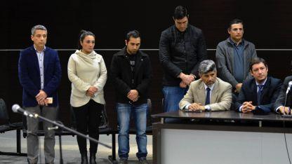 Ibarra (primero a la izquierda) resiste en el cargo.