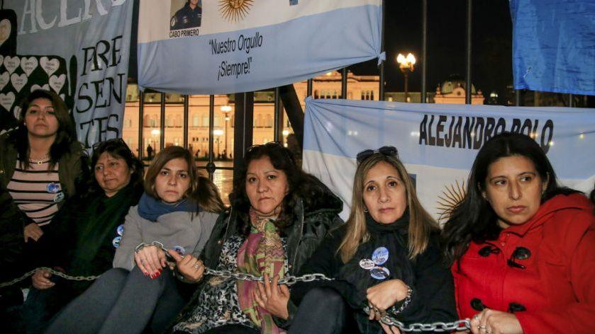 Familiares de los marinos del ARA San Juan se encadenaron para que se reanude la búsqueda
