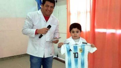 Santa Cruz: tiene 6 años, ganó una camiseta de Messi y la donó a otro nene