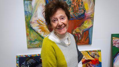 Raquel Fluixá posa junto sus obras ya cómodamente instaladas en el Museo Carlos Alonso - Mansión Stoppel.