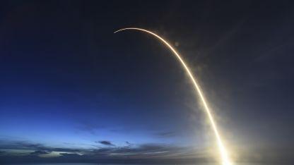 El cohete Falcon 9 con la nave Dragon, al despegar.