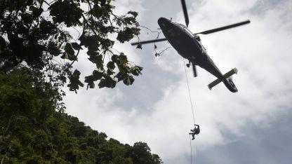 Los rescatistas desmalezaron la selva para que puedan aterrizar helicópteros.