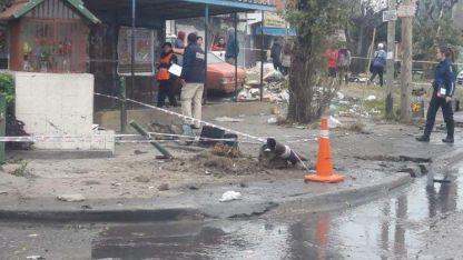 La velocidad que llevaba el vehículo fue tal que, luego impactar con las personas, arrancó un árbol y un semáforo.