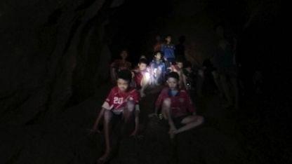 La imagen muestra a los niños y al entrenador en momentos que aparecen los rescatadores en la cueva inundada.