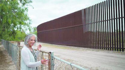 Eloísa Tamez en su patio trasero, donde pasa la barrera fronteriza entre México y EEUU.