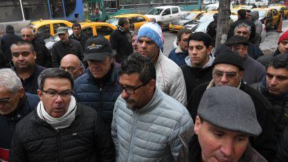 Antes de la sesión, una numerosa protesta de dueños de taxis pretendió frenar el tratamiento del proyecto.