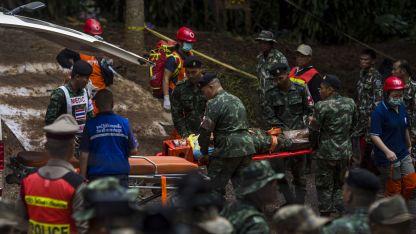 Soldados y paramédicos ayudan a uno de los niños rescatados de la cueva.