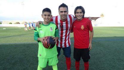 Luka Romero (derecha) junto a su papá y su hermano en Mallorca.