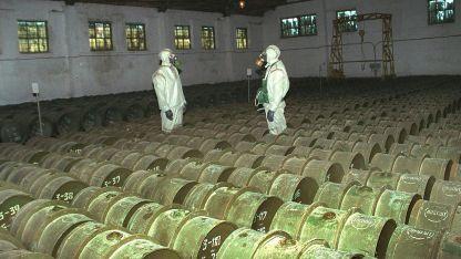 Soldados rusos vigilan depósito de agentes químicos.