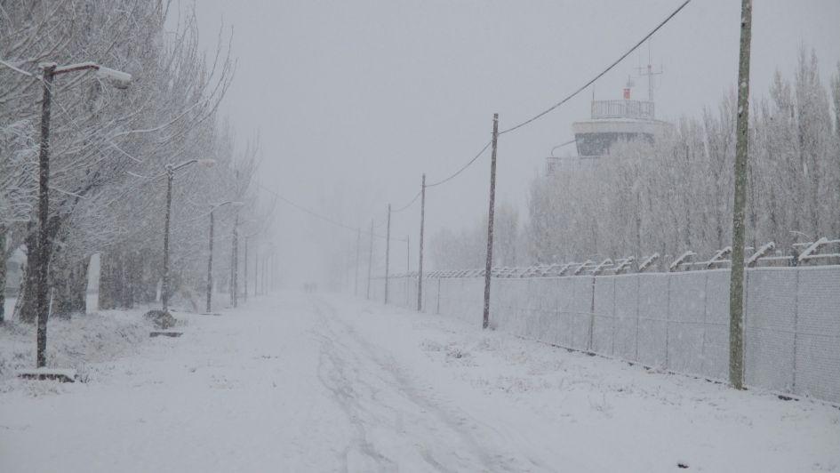 Una intensa nevada en Malargüe obligó a suspender clases y generó problemas de tránsito