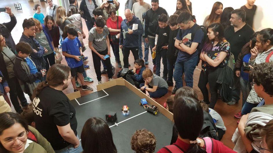Gratis y divertido: competencia de robots y talleres de programación para chicos