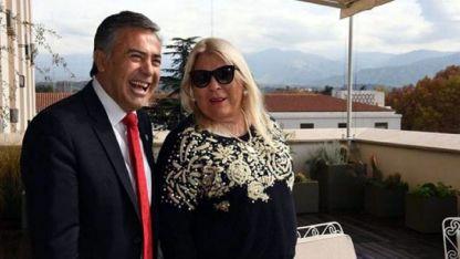 Cornejo y Carrió en el balcón de Casa de Gobierno. Ayer un idilio, hoy en crisis.