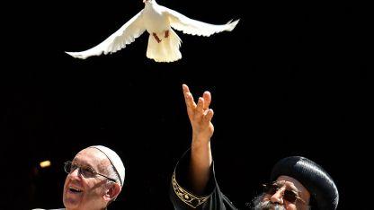 Francisco y el papa copto ortodoxo Theodoros II, en una simbólica suelta de palomas en Bari, al sureste de Italia.