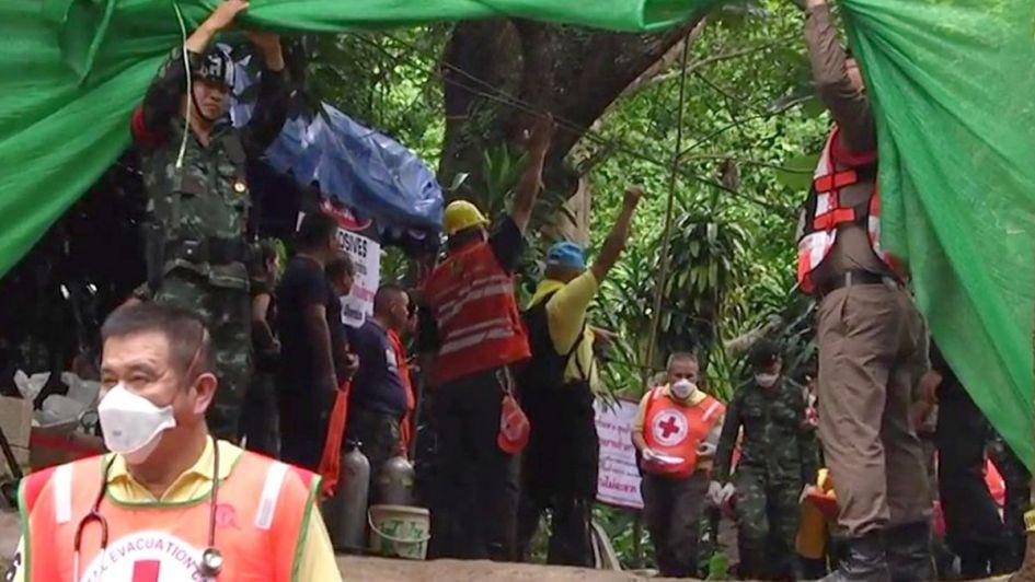 Continúa el rescate de los niños atrapados en una cueva