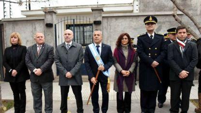 Alfredo Cornejo junto y otras autoridades durante el Toque de Diana frente a su casa.