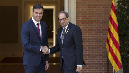 El presidente español saluda al líder catalán.