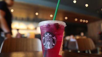 Starbucks reemplazará los sorbetes de plástico por papel y tapas con diseño especial.