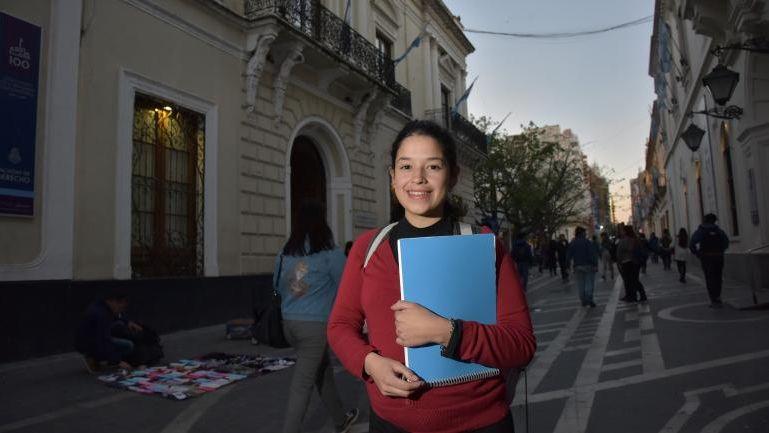 La emocionante historia de Yohana: vivía debajo de un puente y ahora es universitaria