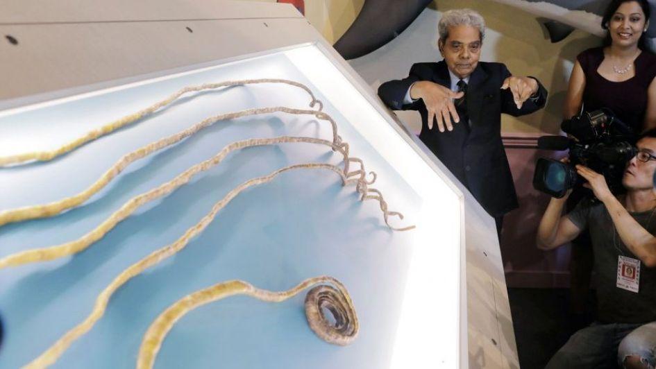 El hombre que tenía las uñas más largas del mundo se las cortó y las entregó a un museo