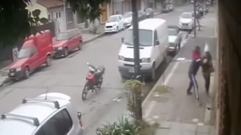 Video: asaltó a una mujer pero tuvo que devolver la cartera porque no le arrancó la moto