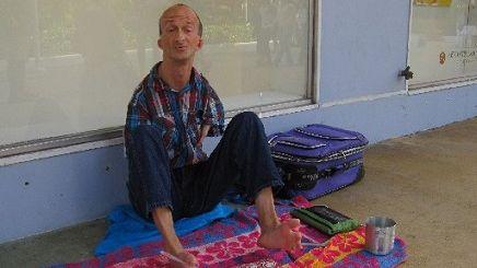 Detienen a indigente sin brazos acusado de apuñalar a un turista