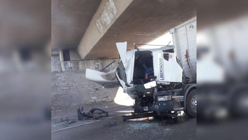 Fotos y videos: aparatoso choque entre dos camiones complicó el tránsito en el Acceso Este
