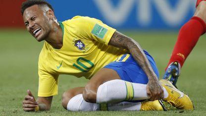 Neymar tuvo un promedio de 14 minutos tirado en el piso, producto de las infracciones.
