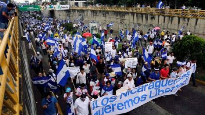 """Opositores participan de la marcha nacional llamada """"Unidos somos un volcán""""."""