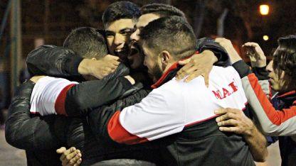 El festejo de los jugadores de Maipú Futsal que dejaron a un histórico en el camino al título.