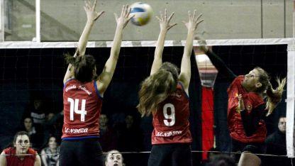 Belén Ganem y Florencia Doña boquean el ataque de Cindy Torres, en el partido que Policial se impuso 3/1 en la primera final.