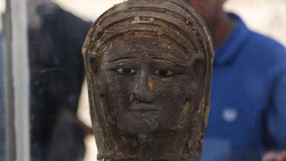 La pieza proviene del periodo saíta-persa, es decir, de la época entre 664 y 404 antes de Cristo. Fue encontrada sobre la cara de una momia.