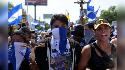 La gente espera la llegada de los estudiantes de la Universidad Nacional que se escondieron tras la represión en Managua.