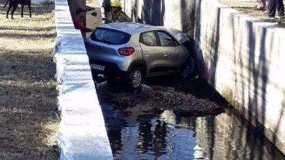Aprendía a manejar, hizo una mala maniobra y fue a parar a un canal