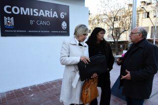 Los abogados Elizabeth Ataguile y Carlos Figueroa, dialogan con la mamá del acusado.