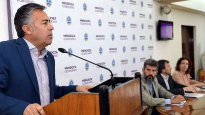 """Cornejo se encargó de dar la """"buena noticia"""" para los docentes. Y de paso, de volver a """"pegarle"""" al SUTE."""