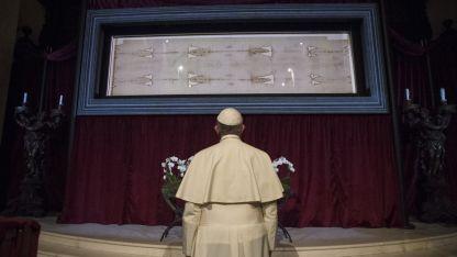 El papa Francisco reza ante el Santo Sudario expuesto en la Catedral de Turín.