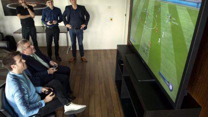 Thomas Bach, presidente del COI, jugó con al FIFA con un grupo de profesionales de los eSports.