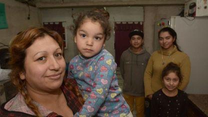 La pequeña Morena Herrera (2) en brazos de su madre Paola, a la espera de la solidaridad de los mendocinos.