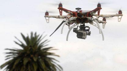 La ANAC los considera un vehículo aéreo no tripulado.  Hay tanto de uso profesional como recreativo.