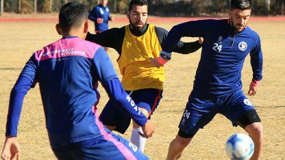 Alejandro Rébola, defensor Azul, cubre el balón ante la marca de Jonathan Barrera, de Talleres.