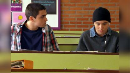 La actriz Maite Lanata -a la derecha- encarna a un adolescente trans en la exitosa tira que se emite por el Canal 9 local.