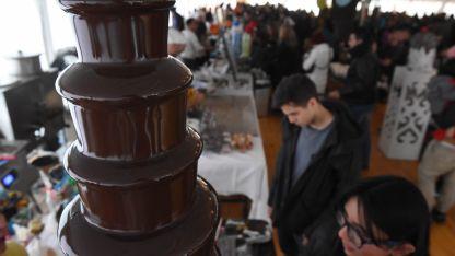 La cascada de chocolate que recibe a los visitantes. También se puede comer shawarma y helados, entre otros platos.