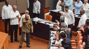 Raúl Castro llega a la sesión de la Asamblea. El presidente cubano Miguel Díaz Canel aplaude.