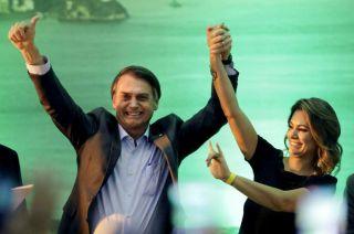 El candidato presidencial Jair Bolsonaro saluda a sus seguidores junto a su esposa Michelle durante la convención del PSL.