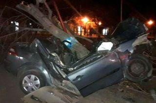 El tremendo impacto contra un árbol, en pleno centro de Jaime Prats, provocó la muerte de su conductor dentro del habitáculo.