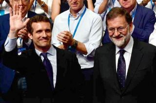 Pablo Casado celebra junto a Mariano Rajoy