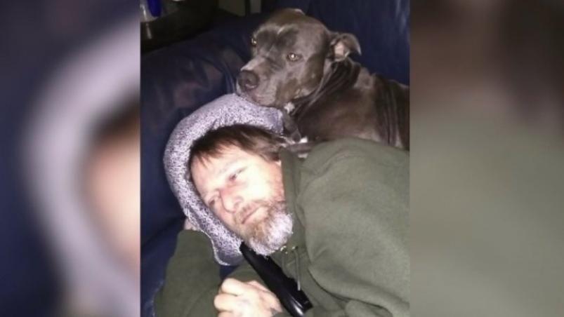 Le amputaron las piernas y las manos por una bacteria que le contagió su perro