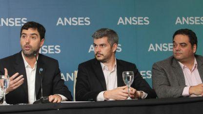 El titular de Anses, Emilio Basavilbaso; el jefe de Gabinete, Marcos Peña; y el ministro de Trabajo, Jorge Triaca.